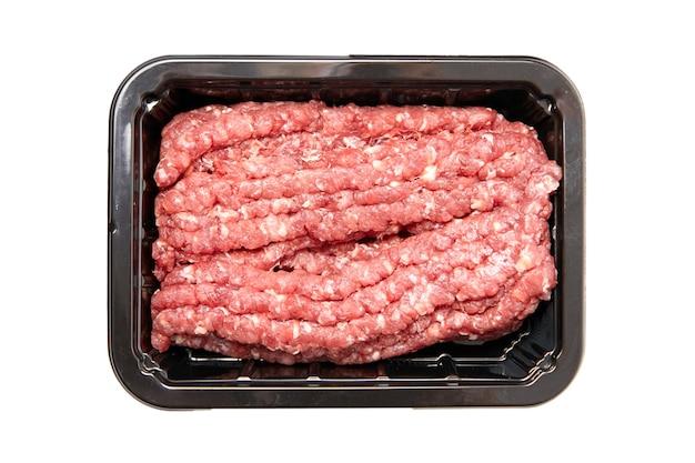 Boeuf haché dans un plateau noir isolé sur fond blanc. viande hachée non cuite, vue de dessus