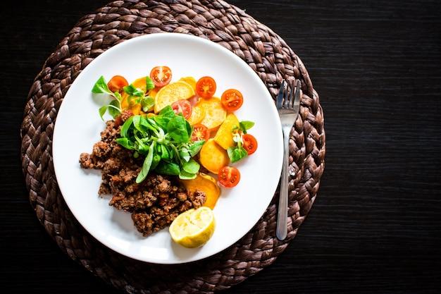 Boeuf haché avec patates douces rôties et salade