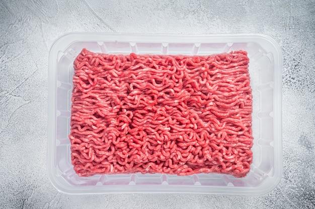 Bœuf haché et viande de porc crus dans un emballage sous vide du supermarché. blanc
