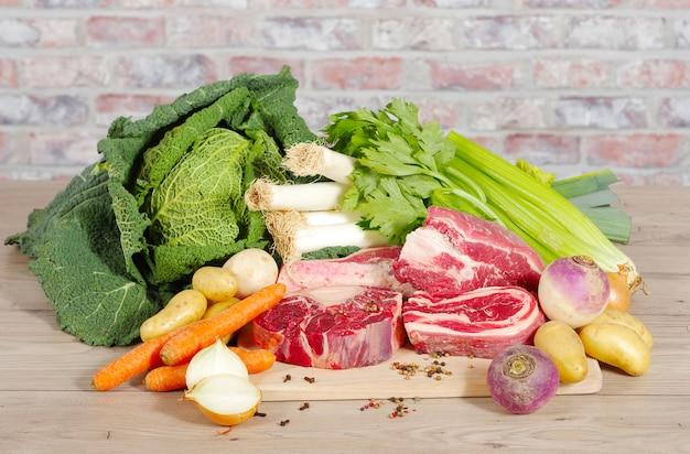 Boeuf et légumes pour la préparation du pot-au-feu