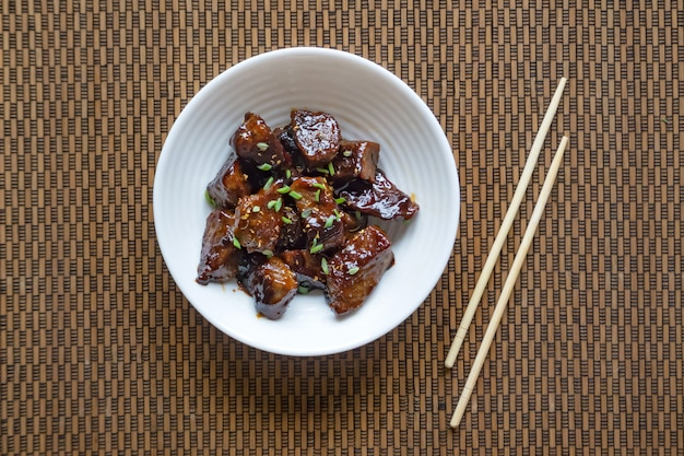 Boeuf mongol. boeuf croustillant en sauce douce et collante.