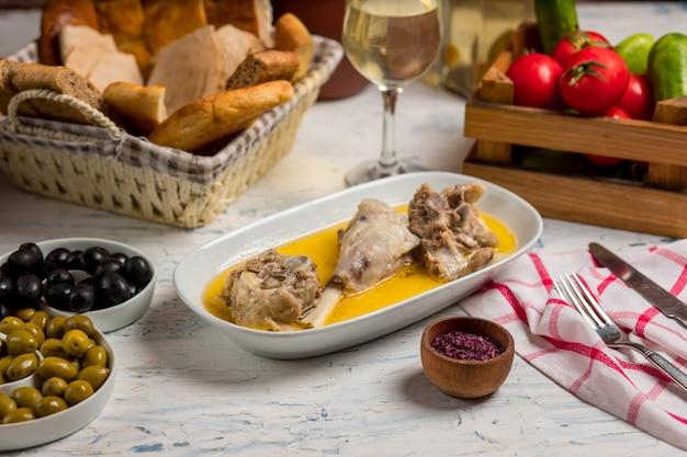 Bœuf, morceaux d'agneau sautés dans une sauce au bouillon et servis avec du sumakh.