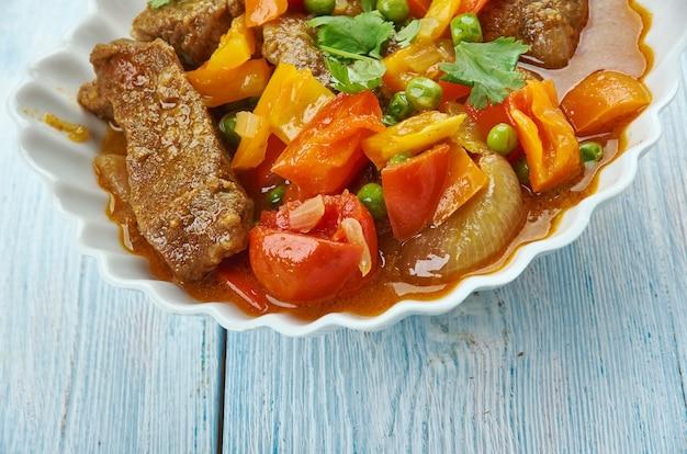 Boeuf philippin kaldereta, plat est cuit dans une sauce à base de tomate avec des légumes