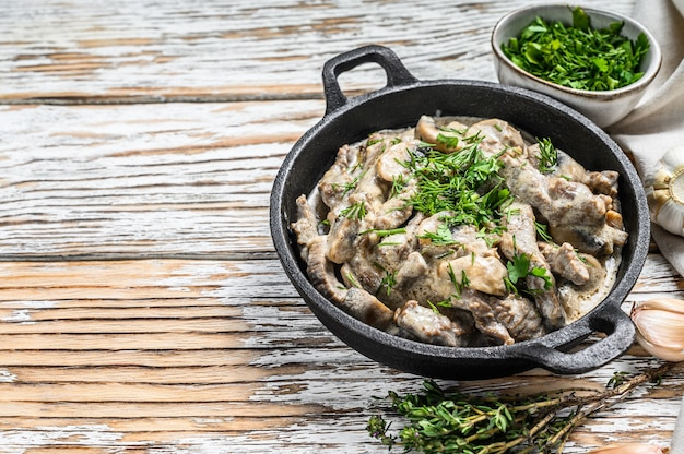 Boeuf stroganoff aux champignons dans une poêle