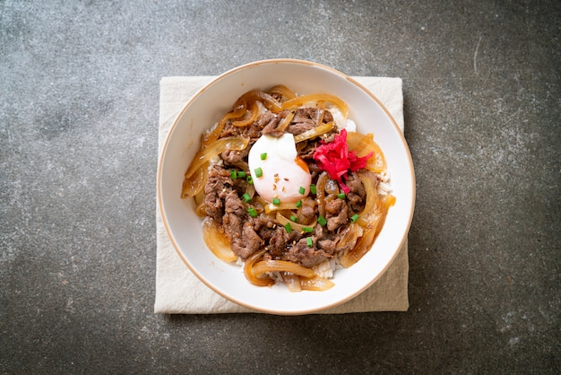 Boeuf tranché sur riz garni (gyuu-don)