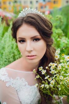 Boho style mariée sur bouquet de marguerite de fond de nature.