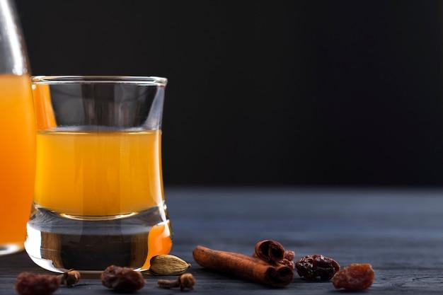 Boire de l'alcool au miel dans un verre.