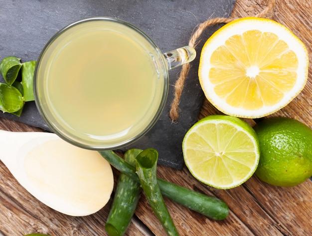 Boire avec aloe vera et citrons