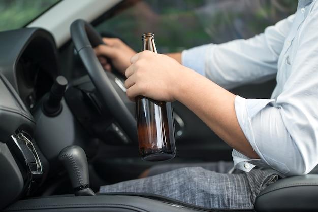Boire de la bière ou de l'alcool pendant la conduite d'une voiture