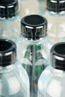 Boire des bouteilles d'eau minérale remplies d'une pellicule plastique