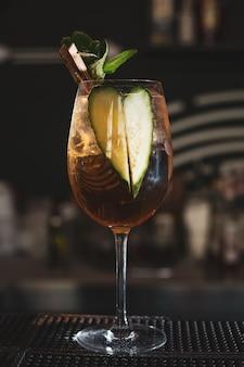 Boire un cocktail au bar