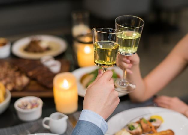 Boire un cocktail et profiter de la fête, l'heure du dîner, couple