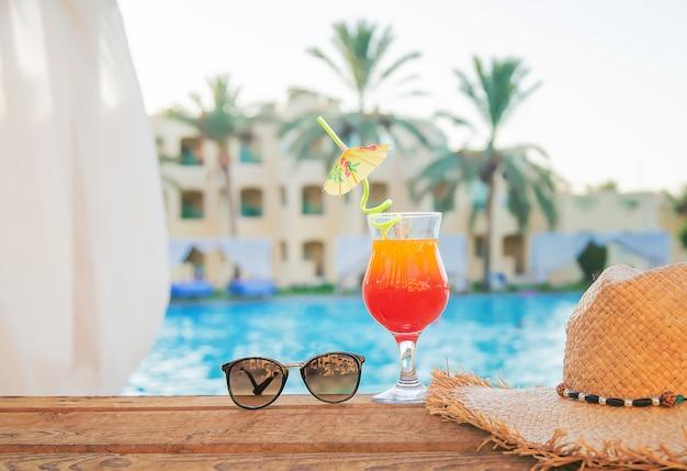 Boire un cocktail en vacances