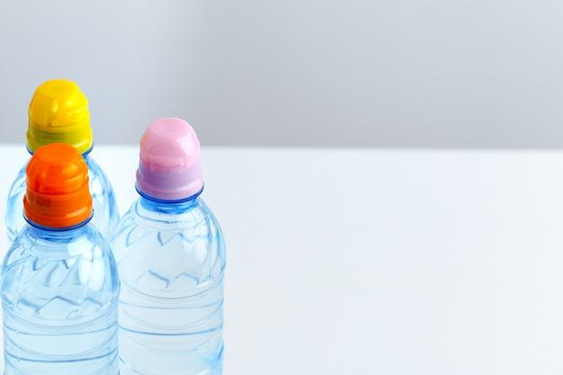 Boire dans une bouteille en plastique sur fond blanc.