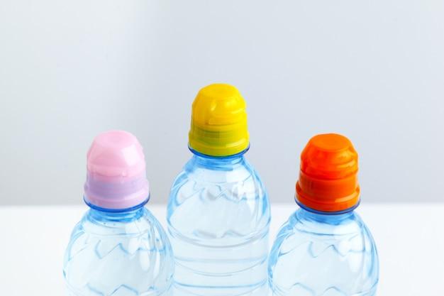 Boire dans une bouteille en plastique