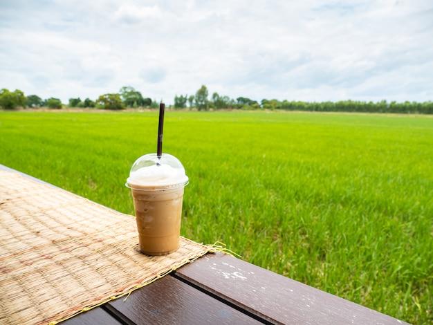 Boire du café dans le champ de riz