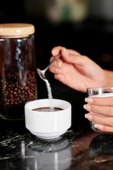 Boire du café fraîchement moulu