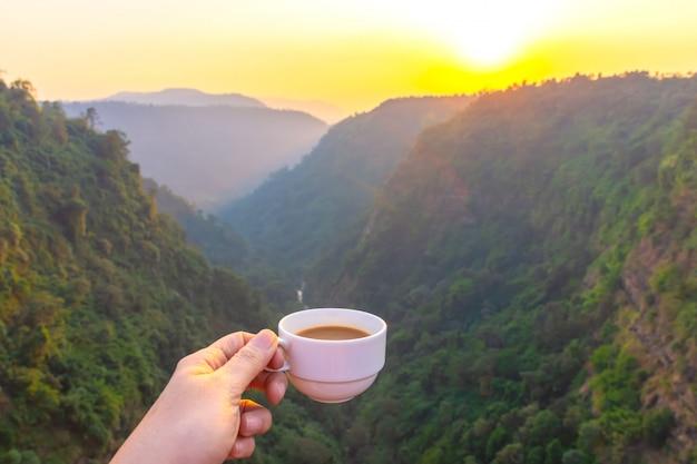Boire du café le matin avec une vue magnifique sur la forêt tropicale
