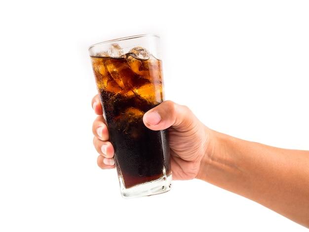 Boire du cola à la main sur fond blanc.