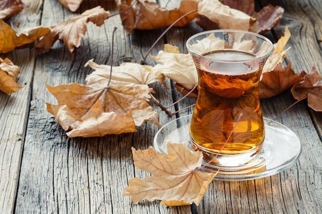 Boire du thé d'automne