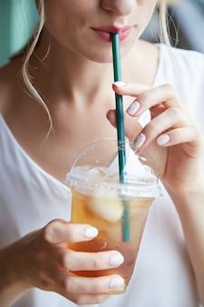 Boire du thé glacé