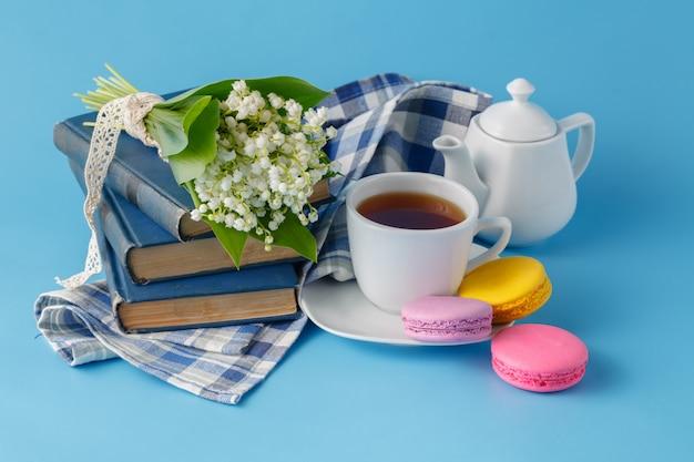 Boire du thé de printemps avec des livres