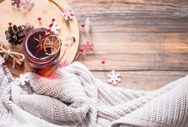 Boire du vin chaud sur une table en bois