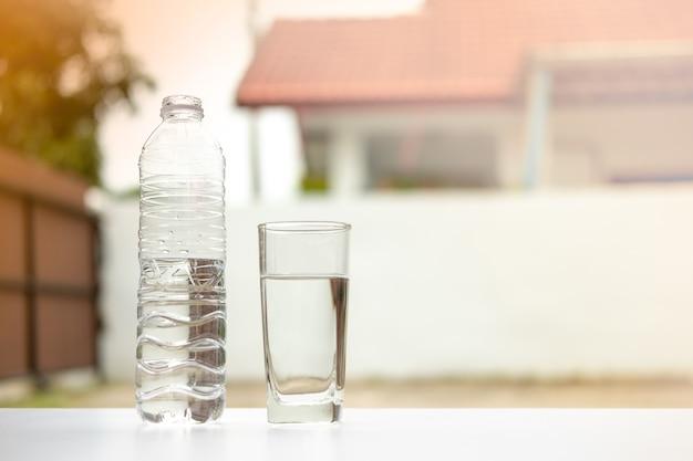 Boire de l'eau dans le verre et la bouteille