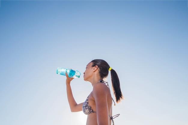 Boire de l'eau sur une journée chaude