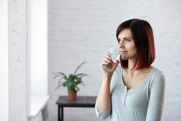 Boire de l'eau. mode de vie sain. concept de régime. alimentation équilibrée. belle jeune femme l'eau potable.