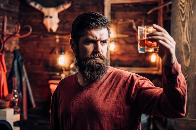 Boire la fête. homme avec une boisson alcoolisée à la maison. homme ivre. homme en boîte de nuit