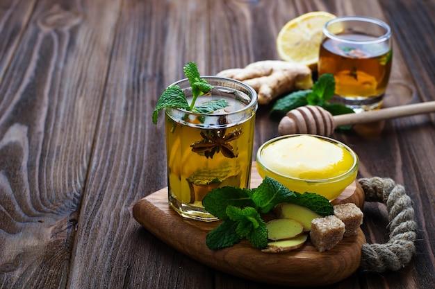 Boire à la menthe, citron, miel et gingembre