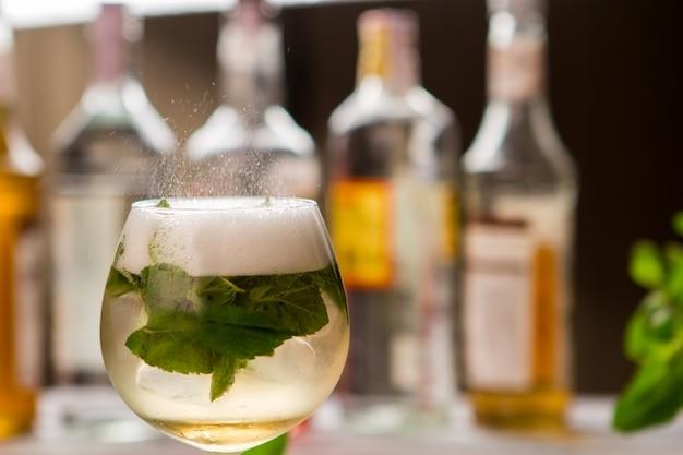 Boire avec de la menthe en verre. boisson avec de la mousse. cocktail hugo servi au pub. champagne et sirop sucré.