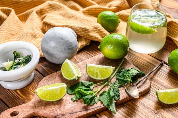 Boire des outils et des ingrédients pour le cocktail