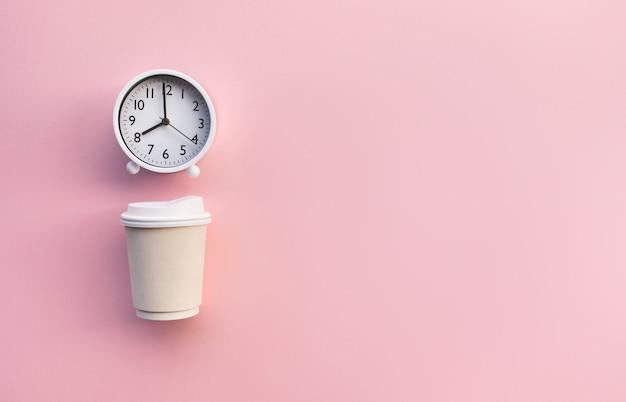 Boire, rafraîchissement le matin avec tasse à café et horloge blanche