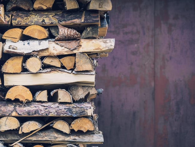 Bois de bouleau soigneusement empilés dans un tas de bois, gros plan, copiez l'espace.