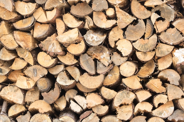 Bois de chauffage mural, fond de bûches de bois de chauffage hachées à sec dans une pile