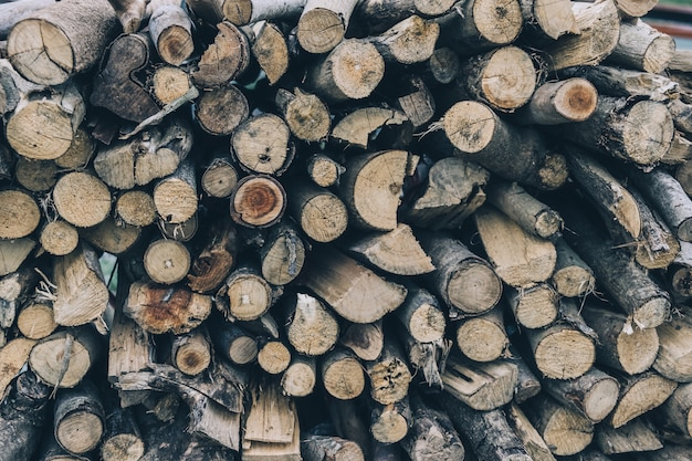Bois de chauffage pour l'hiver, piles de bois de chauffage, tas de bois de chauffage.