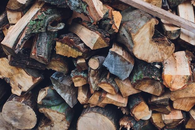 Bois de chauffage pour l'hiver, piles de bois de chauffage