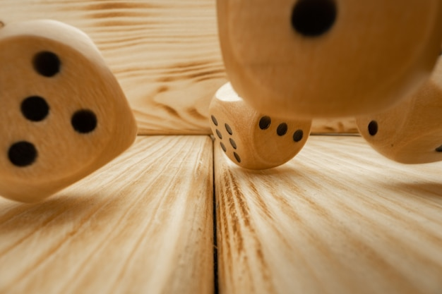 Dés en bois jetés sur fond en bois close up