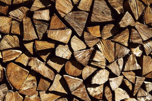 Bois naturel, gros plan de bois de chauffage haché.