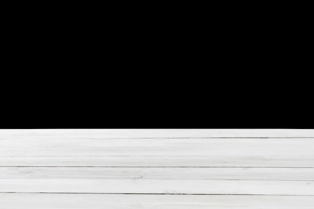 Bois naturel texturé vieille table vide couleur gris clair sur fond noir. peut être utilisé pour votre créativité ou pour le montage de vos produits. utilisation de l'empilement de mise au point pour créer une profondeur de champ complète.