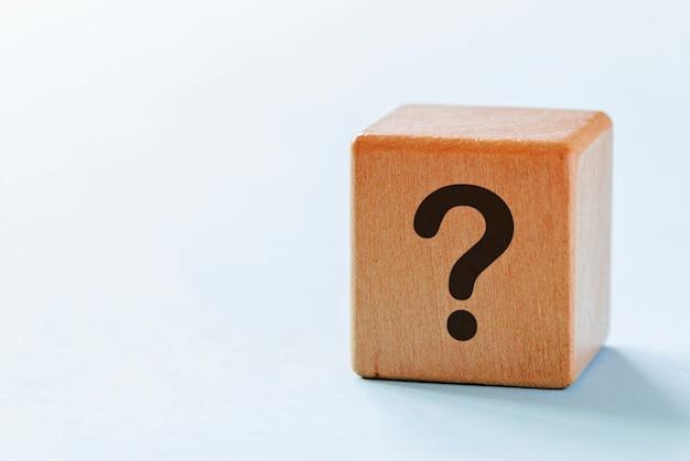 Dés en bois avec point d'interrogation