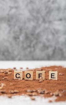 Dés en bois sur poudre de café mélangé.