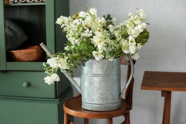 Bois rustique et intérieur de cuisine verte avec bouquet de fleurs se bouchent