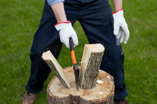 Le bois se propage après avoir été frappé avec une hache sur une bosse