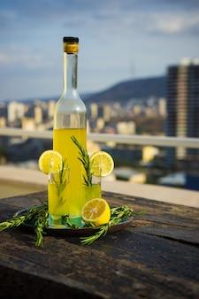 Boisson alcoolisée italienne traditionnelle limoncello