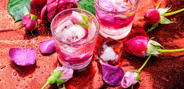 Boisson alcoolisée à la rose
