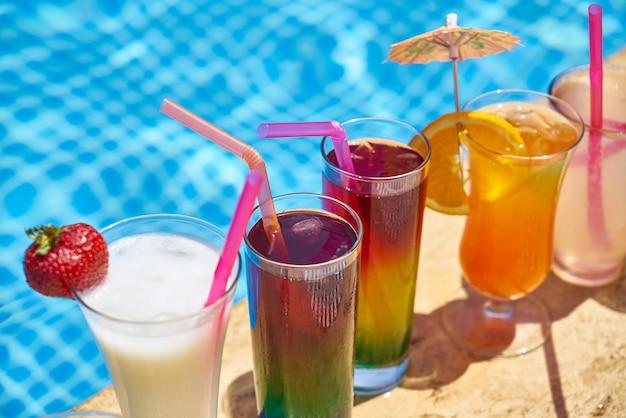 Boisson alcoolisée savoureuse et vue sur la piscine
