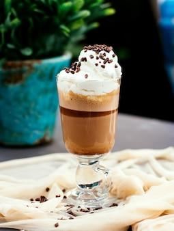 Boisson au café avec crème fouettée